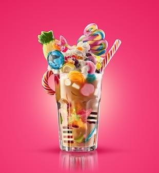 Frullato di mostri, frullato di caramello strano isolato. cocktail colorato e festivo di frappè con i dolci, gelatina. matrice colorata del frappé del caramello di dolci e ossequi differenti del bambino in vetro. frappè dolce