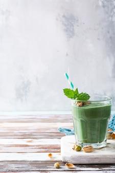Frullato di pistacchi verde sano