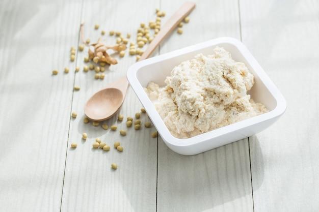 Frullato di soia su un tavolo bianco, cibo vegetariano