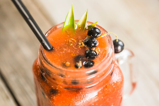 Frullato fresco con frutti di bosco in barattolo di vetro