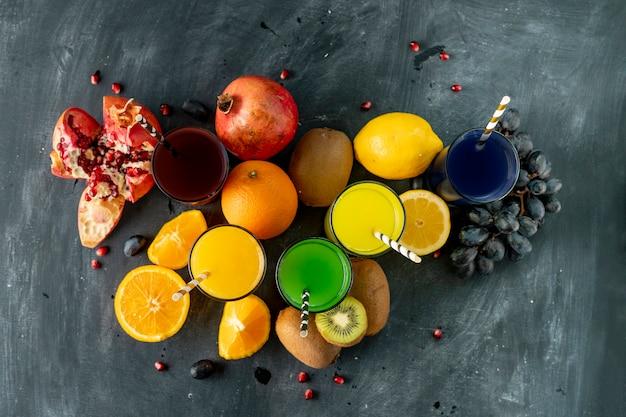 Frullato fresco e freddo spremuto da diversi frutti esotici tropicali come uva kiwi, limone, arancia e granati