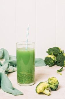 Frullato rinfrescante di broccoli vista frontale