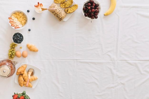 Frullato sano con dryfruits e uccello del paradiso fiore