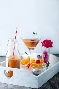 Frullato tropicale in bottiglie di vetro