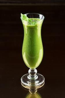 Frullato verde appena fatto sano
