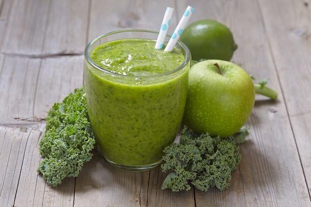 Frullato verde con cavolo nero, mela e lime