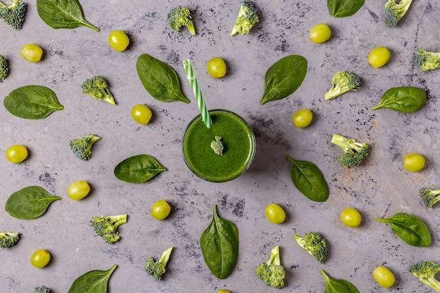 Frullato verde con ingredienti.