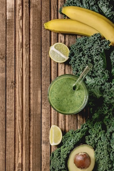 Frullato verde con ingredienti