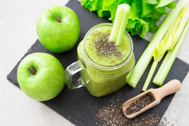 Frullato verde miscelato con ingredienti. superfood, disintossicazione e concetto sano. messa a fuoco selettiva
