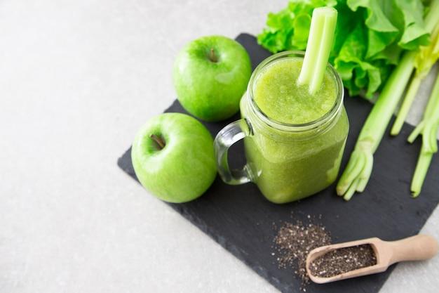Frullato verde miscelato con ingredienti.