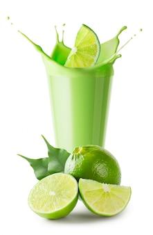 Frullato verde o yogurt con splash e frutti di lime