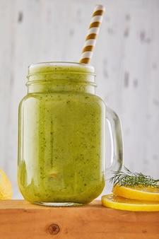 Frullato verde sano, alimentazione sana e nutrizione, stile di vita, vegano, alcalino, concetto vegetariano. frullato verde con ingredienti biologici, verdure copia spazio