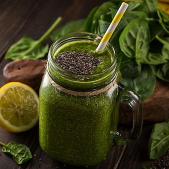 Frullato verde sano con spinaci in barattolo di vetro