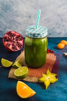 Frullato verde sano e delizioso