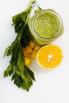 Frullato verde vista dall'alto in vetro con limone