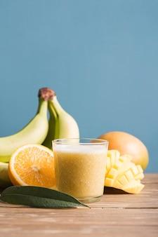 Frullato vista frontale con banane e arance