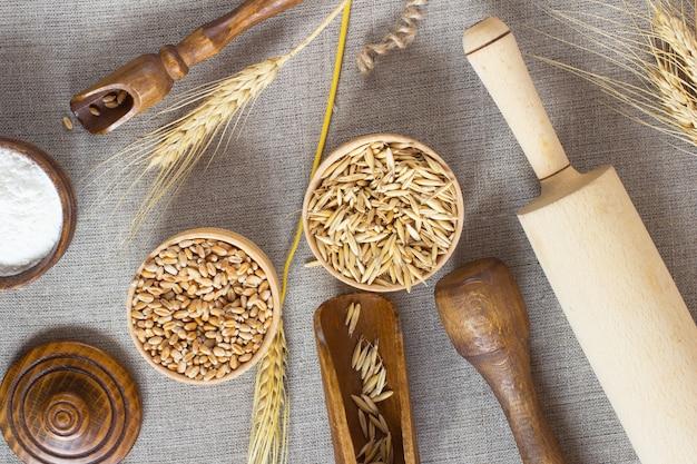 Frumento, farina di avena in un cesto di legno.
