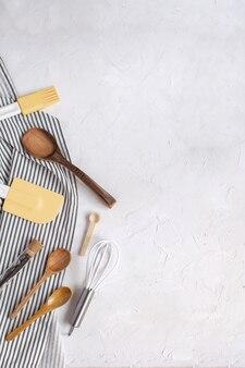 Frusta, cucchiai di legno, spatola in silicone, pennello da imbastitura