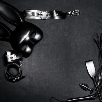 Frusta di cuoio, manette, girocollo, maschera e plug anale in metallo per sesso e giochi di ruolo bdsm