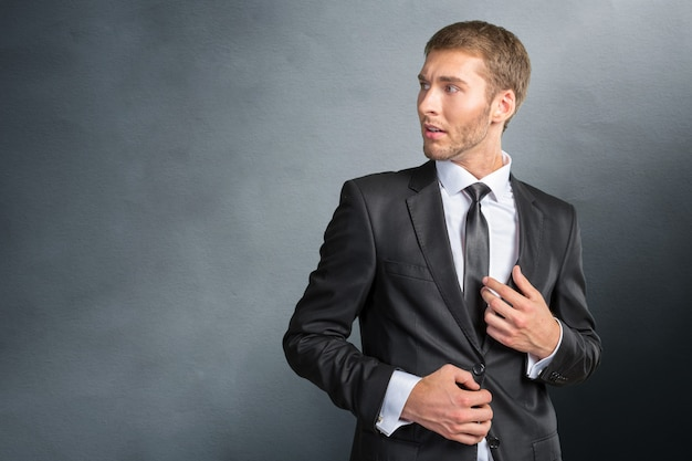 Frustrato e nervoso giovane uomo d'affari