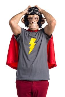 Frustrato uomo di scimmia supereroe