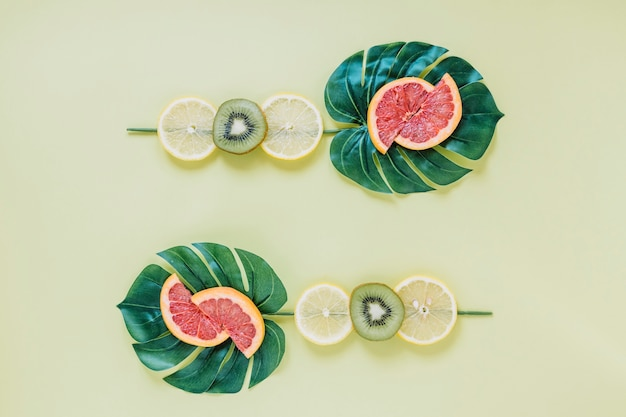 Frutta a fette su foglie verdi