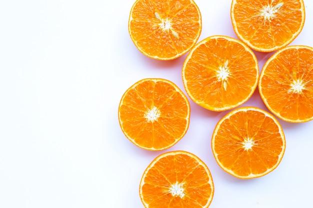 Frutta arancio succosa isolata su fondo bianco.