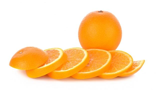Frutta arancione affettata isolata su fondo bianco