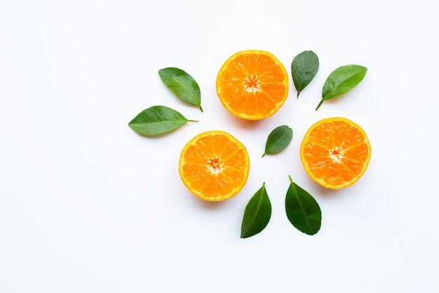 Frutta arancione con foglie su sfondo bianco.
