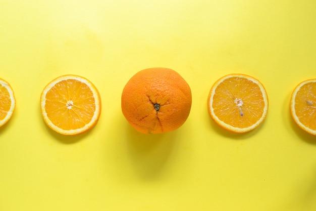 Frutta arancione e fette d'arancia