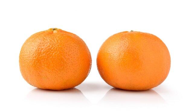 Frutta arancione isolata su spazio bianco