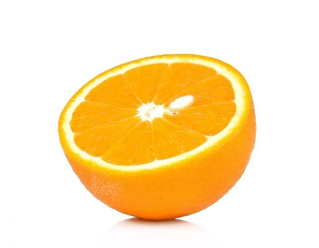 Frutta arancione metà su sfondo bianco