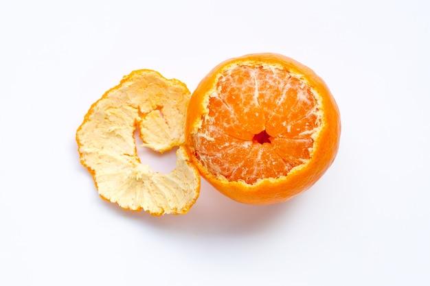 Frutta arancione su sfondo bianco.