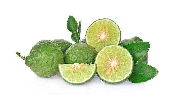 Frutta bergamotto su sfondo bianco.