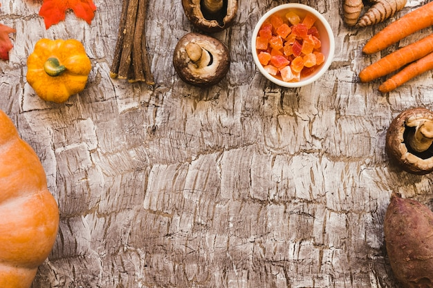 Frutta candita e rametti in mezzo alle verdure