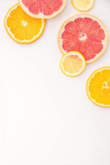 Frutta citrico su sfondo bianco