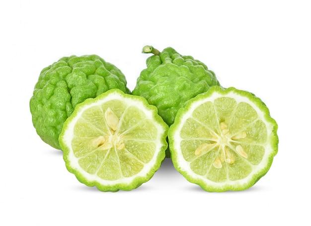 Frutta del bergamotto isolata sui precedenti bianchi.