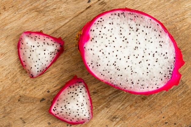 Frutta del drago di vista superiore con fondo di legno