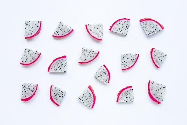 Frutta del drago, fette di pitaya isolate su bianco