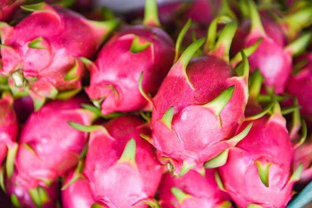 Frutta del drago nel cestino per la vendita nel mercato di frutta pitaya fresca