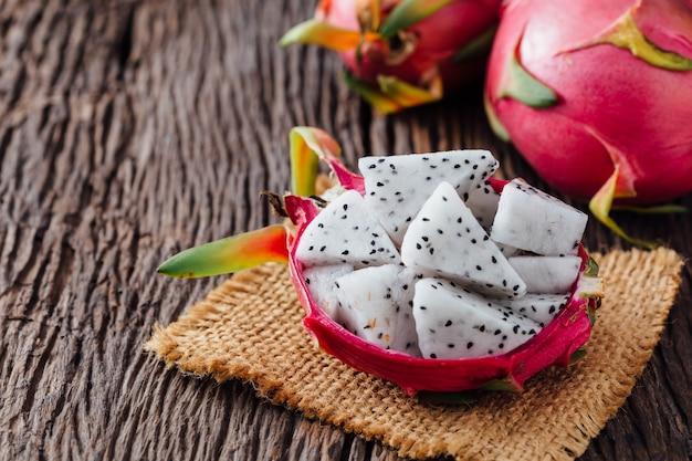 Frutta del drago sul tavolo di legno