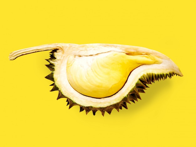 Frutta del durian isolata su fondo giallo