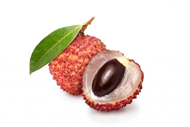 Frutta del litchi con metà tagliata isolato su uno spazio bianco