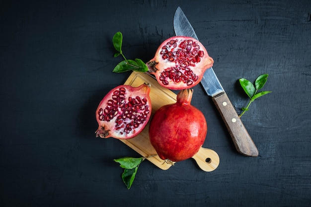 Frutta del melograno affettata su fondo nero