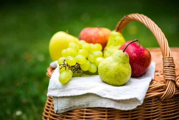 Frutta del primo piano su un cestino di picnic