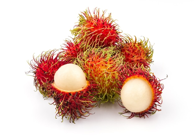 Frutta deliziosa dolce del rambutan rosso maturo su fondo bianco