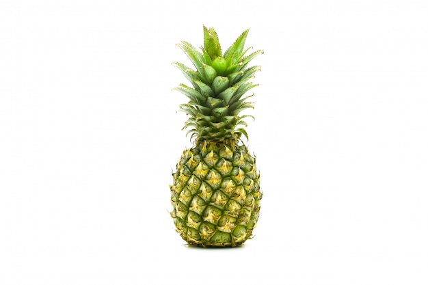 Frutta dell'ananas affettata su superficie bianca
