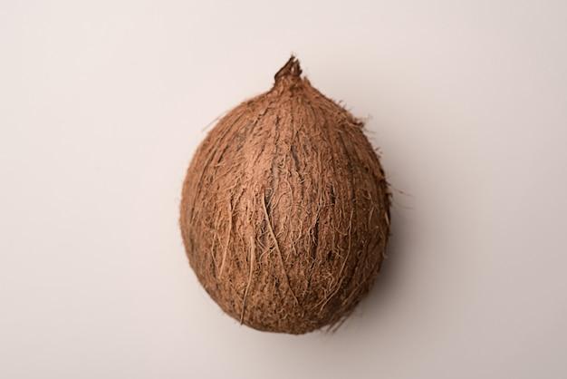 Frutta della noce di cocco isolata sopra bianco