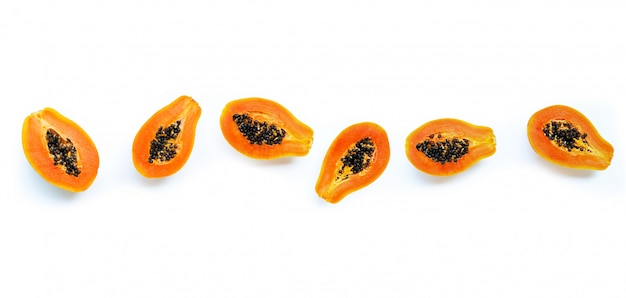 Frutta della papaia su fondo bianco.