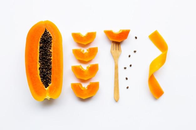 Frutta della papaia su priorità bassa bianca